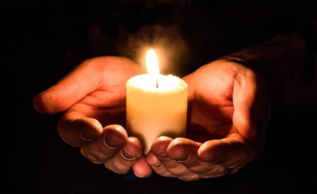 Halte spirituelle - Lumignon dans des mains en offrande