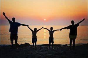 Photo famille en contre-jour soleil couchant